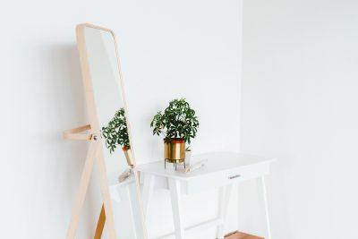 Классная медная ваза и дизайнерское зеркало